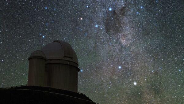 Новая звезда V1369 в созвездии Центавра на фоне телескопа в Ла-Силле