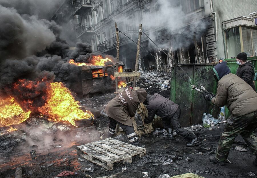 Митингующие во время столкновений с сотрудниками правоохранительных органов на улице Грушевского в Киеве