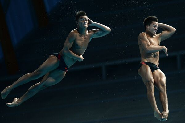 Колумбийские спортсмены во время соревнованиях по синхронным прыжкам в воду на Чемпионате мира FINA 2015