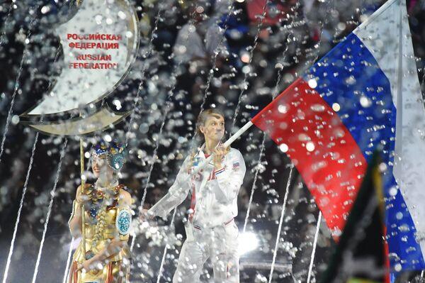 Знаменосец сборной России - Наталья Ищенко на церемонии открытия XVI ЧМ по водным видам спорта в Казани
