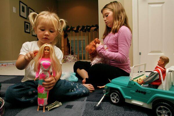 Дети играют с куклами Барби