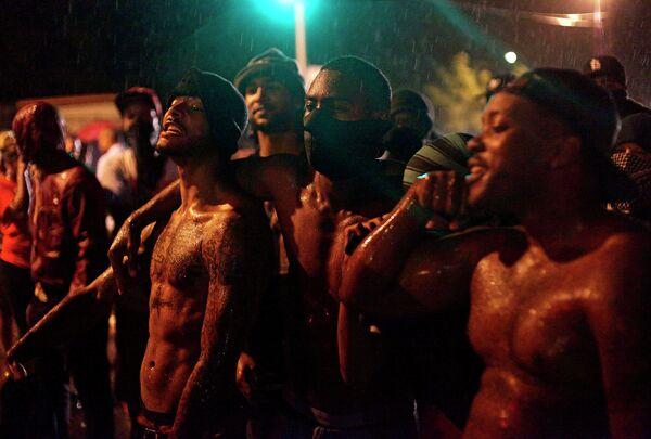 Протестующие во время беспорядков на улицах города Фергюсон