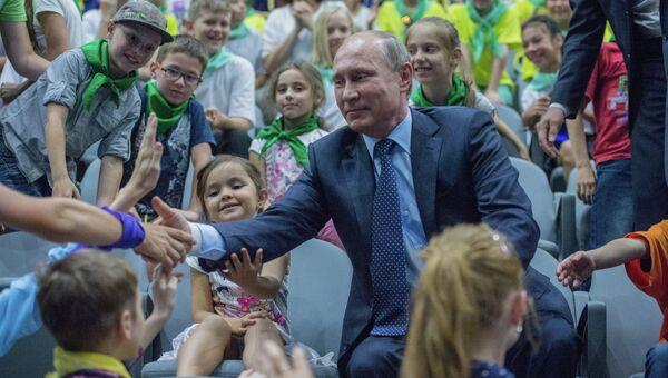 Президент России Владимир Путин общается с детьми. Архивное фото