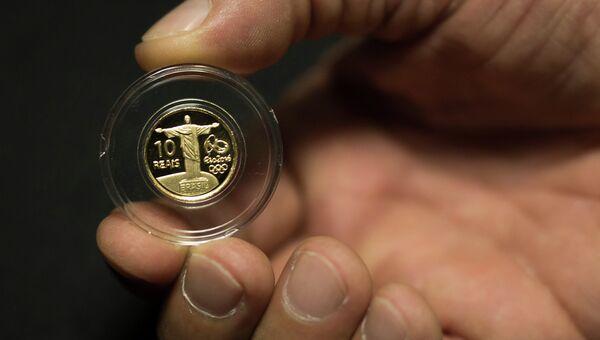 Презентация памятной золотой монеты, посвященной Олимпийским играм 2016 в Рио-де-Жанейро. Архивное фото