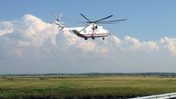 Вертолет МЧС на месте аварии на 125 километре трассы Хабаровск — Комсомольск-на-Амуре в районе озера Гасси