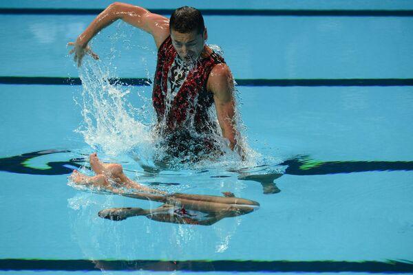 Абэ Ацуси и Юми Адати (Япония) выступают на чемпионате мира FINA 2015