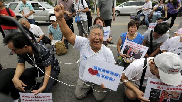 Родственники пропавшего лайнера у посольства Малайзии в Пекине с требованием отправить их на остров Реюньон