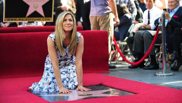 Дженнифер Энистон на закладке звезды со своим именем на голливудской Аллее славы