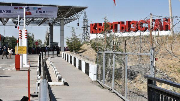 Контрольно-пропускной пункт на границе Киргизии и Казахстана. Архивное фото