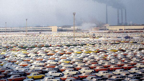 Готовые автомобили Жигули на площадке производственного объединения АвтоВАЗ. Архивное фото