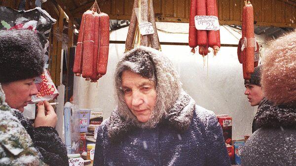 Пожилая женщина на рынке в Москве