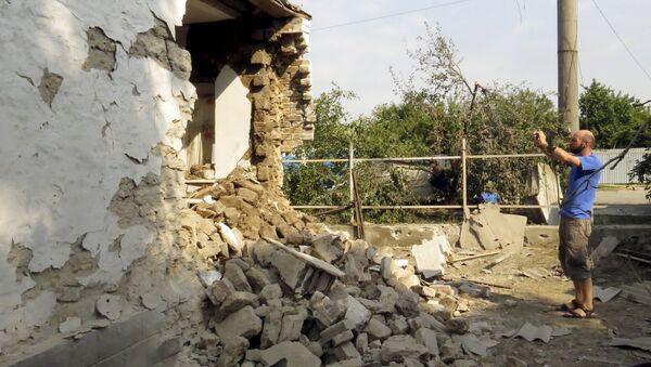 Жилой дом, поврежденный в результате обстрела поселка Сартан недалеко от Мариуполя