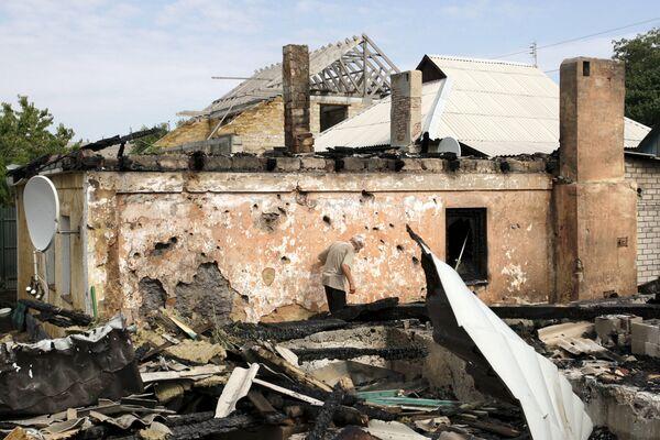 Разрушенный во время обстрела дом в Донецке