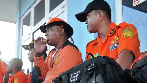Сотрудники поискового агентства Индонезии (BASARNAS) в аэропорту Джаяпура, Индонезия