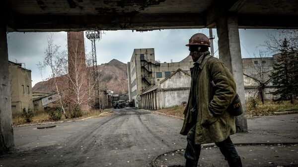 Шахтер после смены на шахте имени Челюскинцев в Донецке. Архивное фото