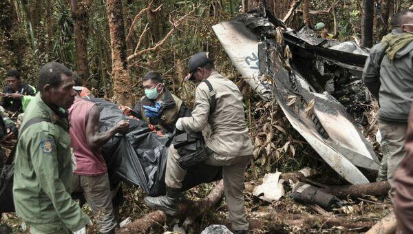 Спасатели на месте крушения самолета в провинции Папуа