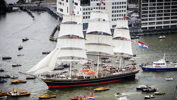 Парад парусников в Амстердаме