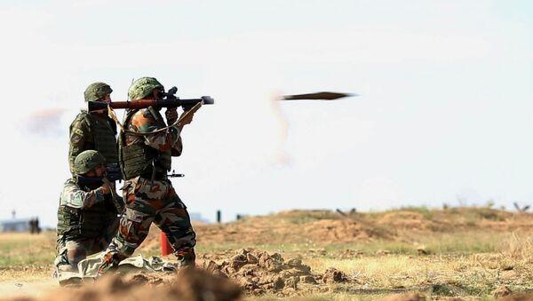 Российские и индийские военнослужащие на совместных антитеррористических учениях Индра-2014