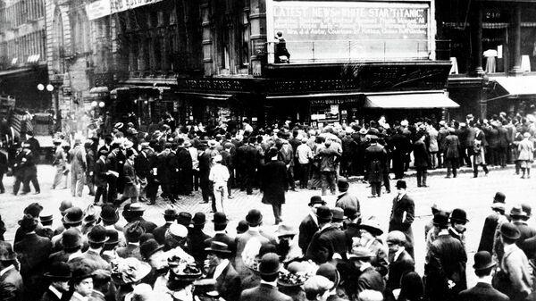 Люди в ожидании новостей о спасенных после крушения Титаника в Нью-Йорке. 1912 год