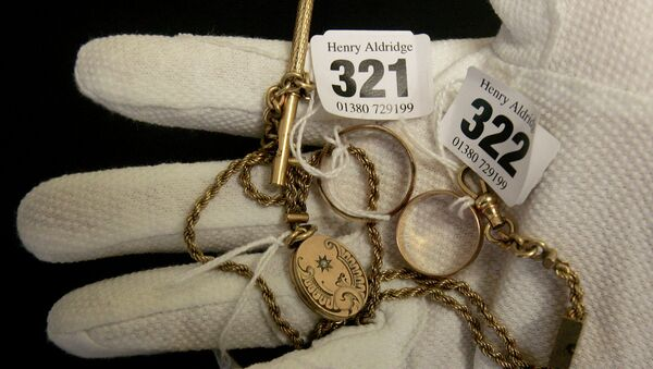 Украшения, найденные у одного из утонувших пассажиров Титаника, представленные на аукционе