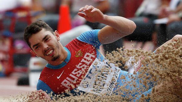 Россиянин Александр Меньков во время соревнований по прыжкам в длину на ЧМ по легкой атлетике в Пекине, Китай