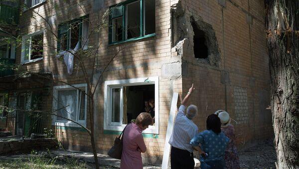 Жители Горловки у многоквартирного жилого дома на улице Кирова