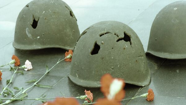 Пробитые осколками каски советских солдат. Архивное фото