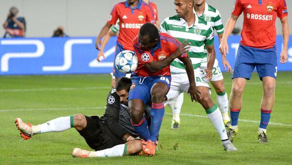 Игрок ЦСКА Сейду Думбия забивает гол в ворота Спортинга в матче раунда плей-офф Лиги чемпионов УЕФА