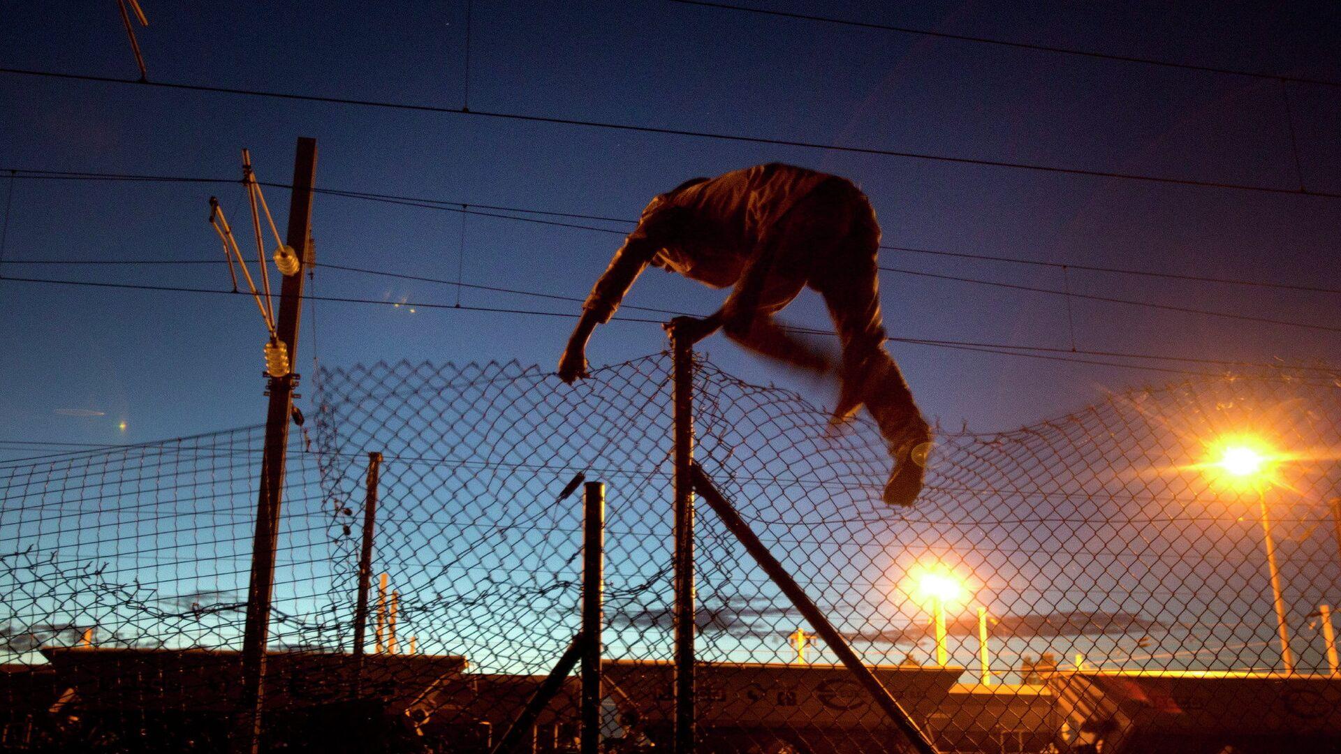 Мигрант пытается пробраться в Евротоннель в Кале, Франция - РИА Новости, 1920, 05.08.2021