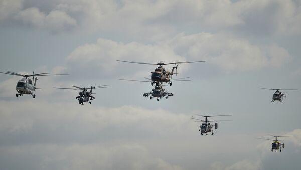 Пилотажная группа АО Вертолеты России во время выступления на Международном авиационно-космическом салоне МАКС-2015 в подмосковном Жуковском