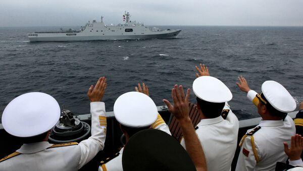 Адмиралы и офицеры объединенного руководства учениями приветствуют моряков десантного корабля ВМС НОАК КНР Чанбайшань во время военно-морского парада в заливе Петра Великого