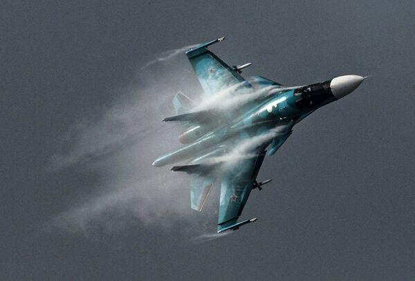 Самолет Су-34 во время выступления на Международном авиационно-космическом салоне МАКС-2015