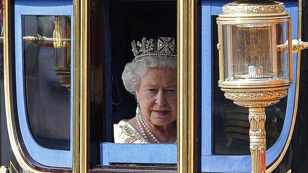 Королева Великобритании Елизавета Вторая в карете
