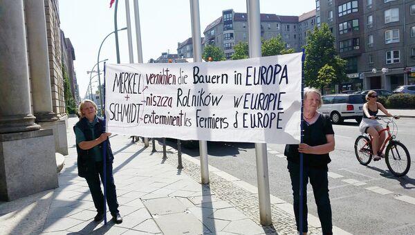 Представители ассоциации мелких фермеров ФРГ во время несанкционированной акции возле министерства продовольствия и сельского хозяйства в Берлине, Германия