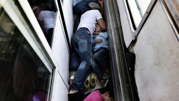 Беженцы из Сирии спят на полу поезда. Архивное фото