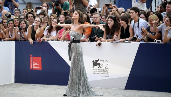 Итальянская модель и актриса Элиза Сенауи на открытии 72-го Венецианского международного кинофестиваля