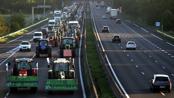 Более тысячи фермерских тракторов направляются в Париж для участия в забастовке