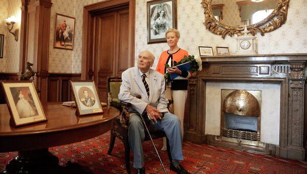 Князь Дмитрий Романов с супругой Доррит Романовой во время посещения Массандровского дворца императора Александра III в поселке Массандра в Крыму