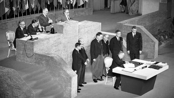 Премьер-министр Японии Сигэру Ёсида подписывает Сан-Францисский мирный договор. 8 сентября 1951