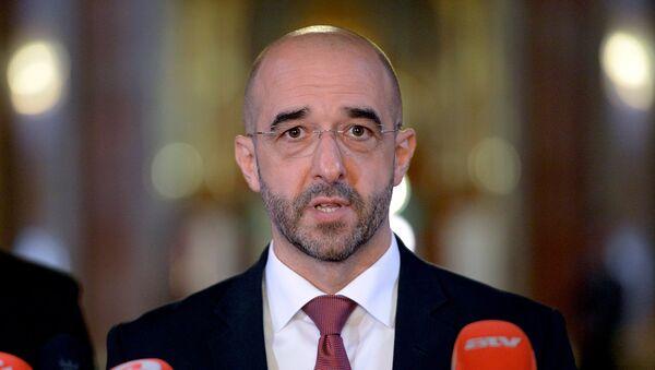 Официальный представитель правительства Венгрии Золтан Ковач во время пресс-конференции, посвященной проблемам нелегальной миграции
