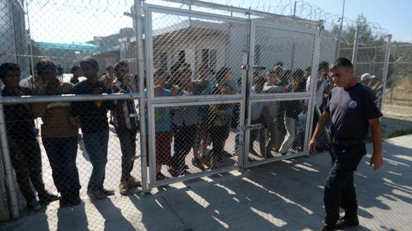 Сотрудник полиции лагере беженцев с Ближнего Востока на греческом острове Лесбос
