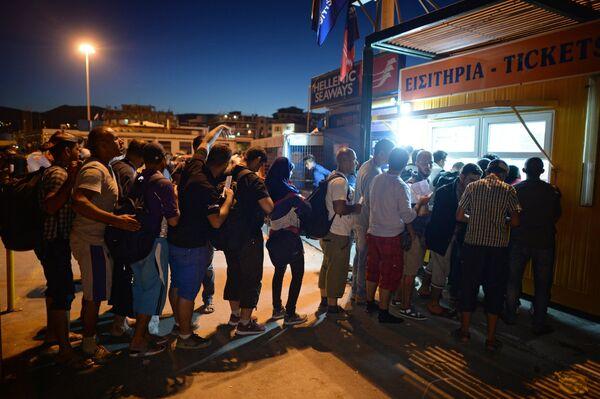 Беженцы с Ближнего Востока у билетных касс на греческом острове Лесбос