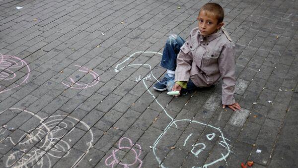 Ребенок из семьи беженцев с Ближнего Востока на улице Гамбурга