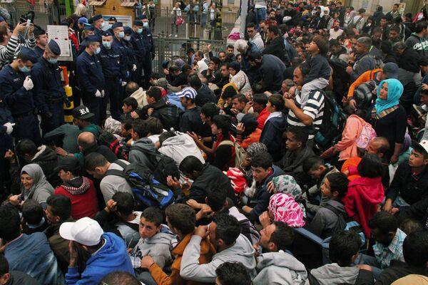 Беженцы на вокзале Келети в Будапеште ждут посадки в поезда до границы с Австрией