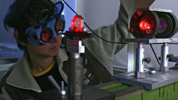 Студент в лаборатории. Архивное фото