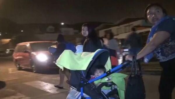 Люди с детьми и животными вышли из домов на улицы после землетрясения в Чили