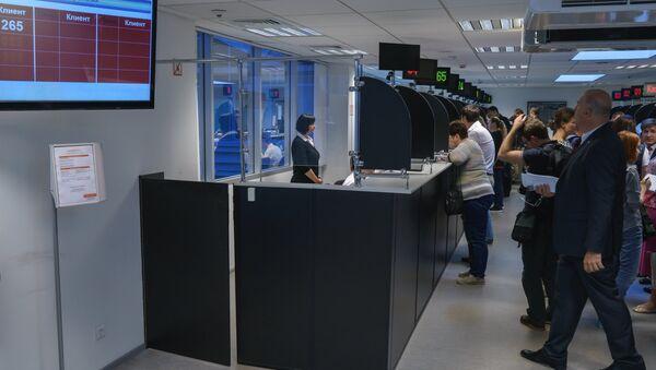 Демонстрация процедуры снятия биометрических данных в визовом центре Санкт-Петербурга. Архивное фото