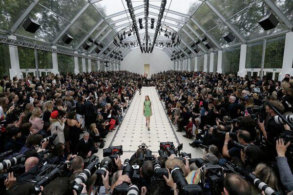 Модель во время показа коллекции Burberry в рамках Недели моды в Лондоне