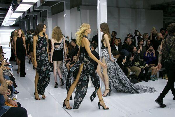Модели во время показа коллекции Versus Versace в рамках Недели моды в Лондоне