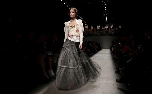 Модель во время показа коллекции Vivienne Westwood Red Label в рамках Недели моды в Лондоне